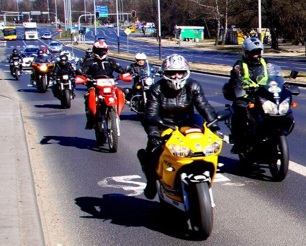 Chcą wpuścić motocykle na buspasy Buspasy dla motocyklistów / Facebook