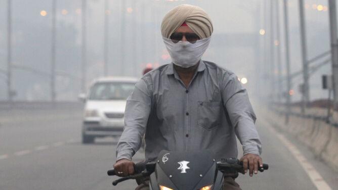 Miasto spowite smogiem. <br />Ogromny problem w Nowym Delhi