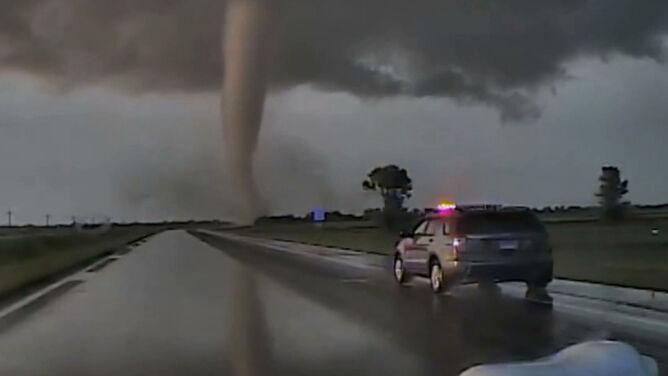 Potężne, nieprzewidywalne tornado stanęło na drodze patrolowi policji