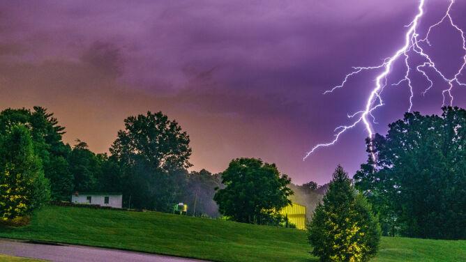Wieczór z niebezpieczną pogodą. <br />RCB: unikaj otwartych przestrzeni